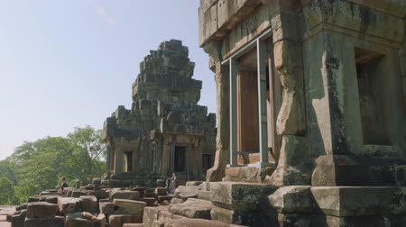 кхмерский : Side view of Angkor Wat Temple Стоковые видеозаписи