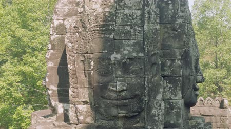 východní : Image of Buddha recognisable in ruins of Angkor Wat temple
