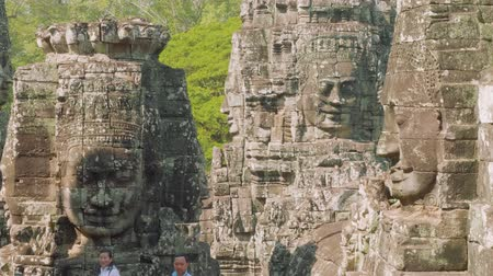 güneybatı : Image of Buddha recognisable in ruins of Angkor Wat temple