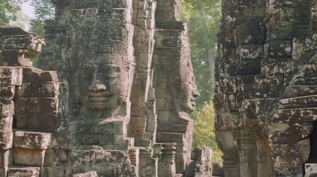 к юго западу : Image of Buddha recognisable in ruins of Angkor Wat temple