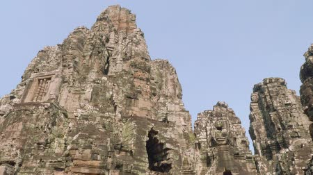 güney : Image of Buddha recognisable in ruins of Angkor Wat temple