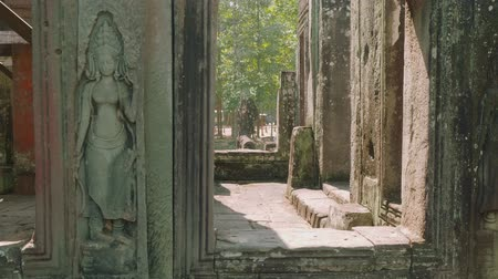 кхмерский : Top view of ruins of ancient Angkor Wat temple from inside of part of this temple