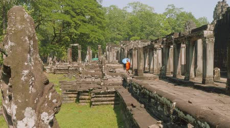 Ангкор : Tourists walking in ruins of Angkor Wat temple