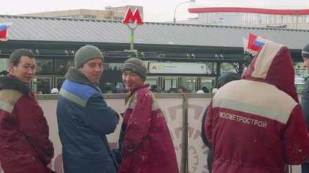 médio : Metro station staff stand near entrance of new metro station Stock Footage