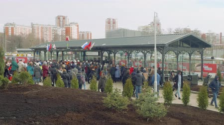 médio : MOSCOW - CIRCA APRIL, 2018: Crowd of people waiting for opening new metro station Stock Footage