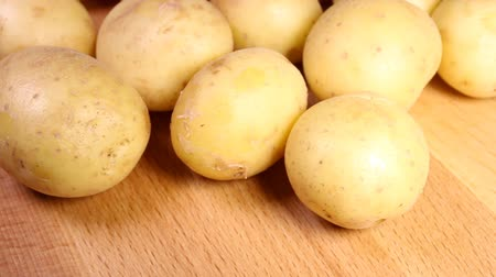 cultivo : Organic potato on wooden background.