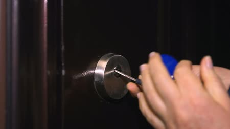 odemknout : Woman tries to insert the key into the door Dostupné videozáznamy