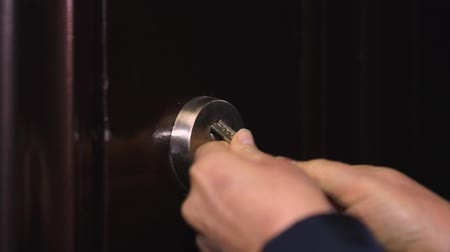 buraco de fechadura : Woman tries to insert the key into the door, opens and goes home