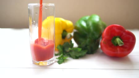 calcário : Pouring a glass of fresh sweet pepper smoothie