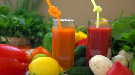 c vitamini : Glasses of juice made from carrots and tomatoes