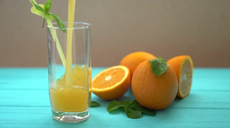 нектарин : Pouring a glass of freshly squeezed orange juice Стоковые видеозаписи