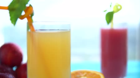 śliwka : Two glasses of fresh orange and grapefruit juice