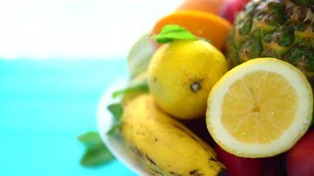 c vitamini : Various fresh fruits served on a rotating plate Stok Video