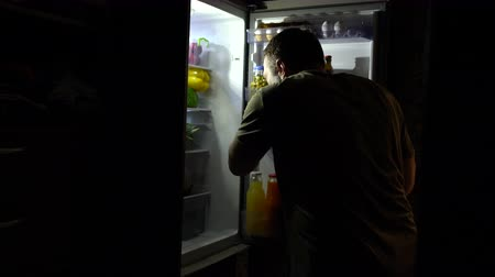 дверь : Middle-aged man getting a cold beer at night Стоковые видеозаписи