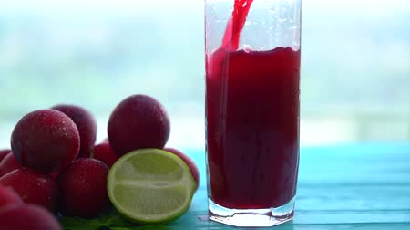 variedade : Pouring a tall glass of fresh fruit juice