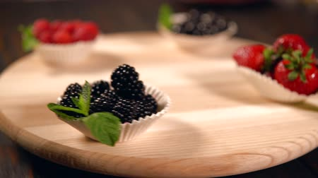 antioksidan : Spinning wooden stand with fresh berries Stok Video