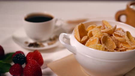 sponka : Healthy breakfast with cereal, coffee and berries Dostupné videozáznamy