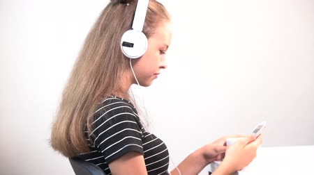 kaloryfer : Young woman listening to music over a coffee Wideo