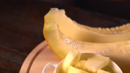 kanári : Diced fresh melon in a bowl with two slices