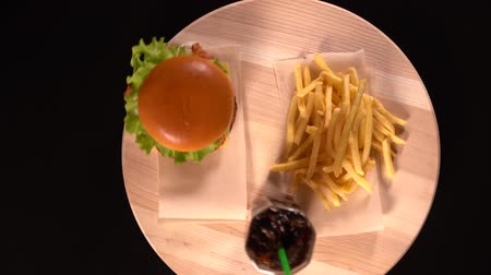 taberna : Cheeseburger, fried potato chips and coke