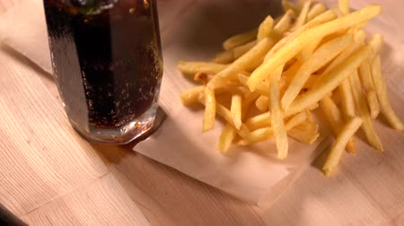 coque : Tall glass of iced coke with French Fries Stock Footage