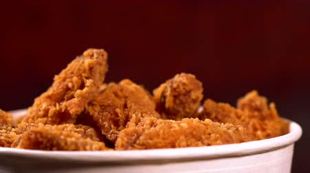 tavuk : Tub of fried chicken pieces coated in crumbs Stok Video
