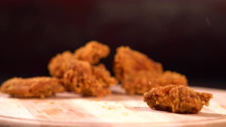 převrátit : Falling crumbed fried chicken wings