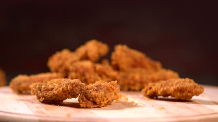 převrátit : Pieces of fried crumbed chicken wings falling Dostupné videozáznamy