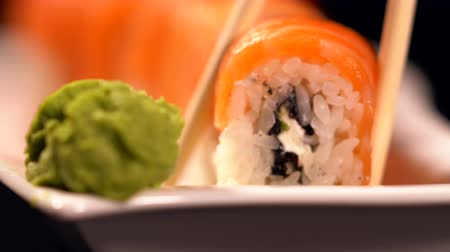 pauzinhos : Taking California maki sushi with chopsticks