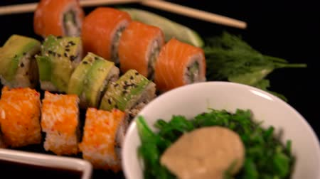 стартер : Fresh sushi rolls and seaweed salad with soy