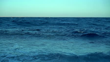 прерыватель : Breaking waves on a calm blue ocean