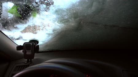 kaplanmış : Brushing off snow from car windshield
