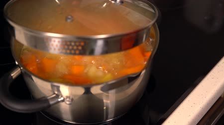 стартер : Diced fresh butternut or pumpkin boiling in a pot