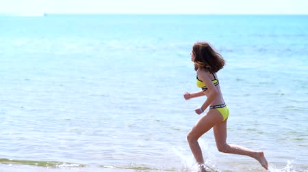 brodění : slender fit young woman running in the ocean Dostupné videozáznamy