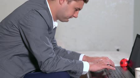 colarinho branco : Young businessman in a jacket typing