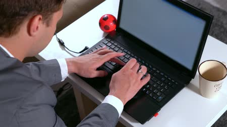 vstup : Businessman working at home on a laptop