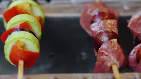 espetos : Panning along a line of beef and chicken kebabs Stock Footage