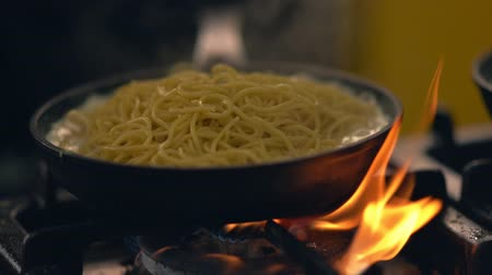 kasza manna : Pasta simmering in a sauce over a hot fire Wideo