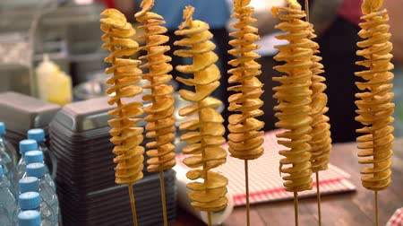 крахмал : Spiral potato fries on sticks Стоковые видеозаписи