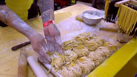 tekercselt : Chef preparing balls of homemade spaghetti