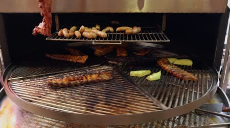 hot peppers : Rotating grill with portions of beef ribs