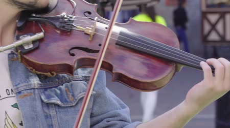 busking : Musician playing a violin outdoors