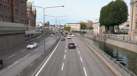 циркуляция : Traffic driving on a busy urban freeway Стоковые видеозаписи