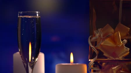 flet : Elegant flute of champagne with candlelight Wideo