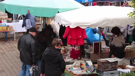 antika : people are walking through a flea market