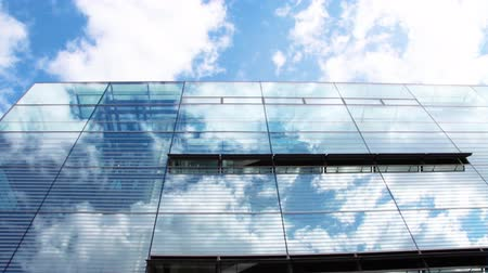 ekonomi : Cloud reflection in a glass facade, time lapse