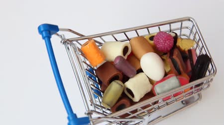 enflasyon : rotating shopping cart with falling sweets Stok Video