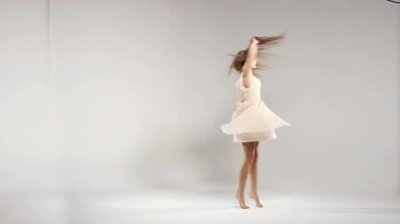 tiro : Young cheerful dancer during the rehearsal Stock Footage