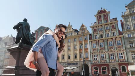 Attractive young couple in the downtwon - 360 degrees view Стоковые видеозаписи