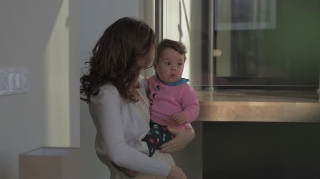 infante : Mother and her baby having fun at home